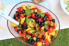 Met maar heel weinig moeite maak je een zomerse fruitsalade. En dat smaakt heerlijk als bijgerecht voor de picknick, barbecue of bij wat dan ook!