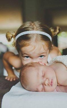 """""""Küsschen geben"""" wird zum Sport wenn die kleinen Geschwister geboren werden - warum also nicht auch brav auf Fotos festhalten #gerburtskarten #fotosammlung #rosemood"""