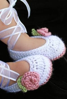 Ok, I don't have a baby & I don't know how to crochet but these are freakin' adorable!!  How to Crochet Baby Booties - Tutorial