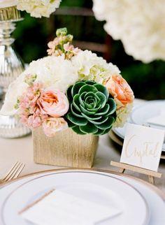 Tischdeko zur Hochzeit in Vintage-Look-Sukkulenten und Rosen-Blickfang