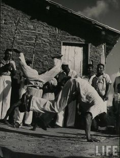 Capoeira Angola Angola Africa, Elements Of Dance, Brazilian Martial Arts, Samba, Martial Arts Workout, Culture Shock, Dance Movement, Afro, Martial