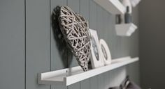 Little shelves for books and picture frames in the toilet. Decor, Trivets Diy, Living Dining Room, Kitchen Decor, Ikea, New Homes, Home Decor, Home Deco, Wood Diy