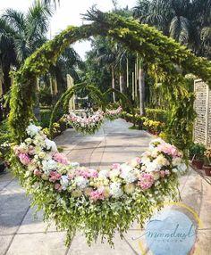 Attractive walkway for wedding. White Wedding Decorations, Desi Wedding Decor, Wedding Mandap, Backdrop Decorations, Flower Decorations, Backdrops, Wedding Entrance, Entrance Decor, Telugu Wedding