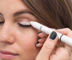 Aplica delineador blanco en tu párpado móvil para que el color de tus sombras resalte mucho más.