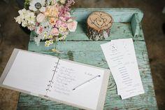 vintage guest book table | Leslie Hollingsworth #wedding