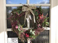 Höstkrans till dörren, gjord av Ljung i basen.. trevligt med lite färg nu på hösten 😍🙏🏻🌸