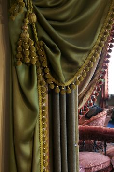 Assymmetriske gardiner mellem dagligstue og salon