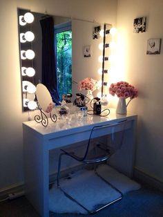Coucou tout le monde ! Pour se préparer, se coiffer et se maquiller, rien ne vaut une belle table à coiffer avec son miroir et sa petite chaise. Pour vous...