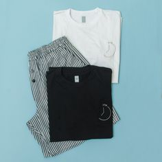 Bermuda listrada e camisetas: preta ou branca. Bermuda, Adidas Jacket, Athletic, Jackets, Fashion, Black, T Shirts, Down Jackets, Moda