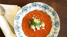 Mausteinen linssi-tomaattikeitto sopii talvipäivään lämmikkeeksi.