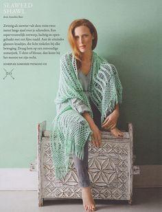Haken. Deze door Annelies Baes ontworpen Seaweed Shawl haak je met Scheepjes Sunkissed.  Model en patroon staan in het patronenboek Scheepjes Yarn 1 - The Sea Issue. Scheepjes Seaweed sjaalkopie.jpg