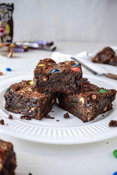 M & M Party Brownies – Fudgy, saftig und super einfach! – heavenly Desserts – … – Torten Rezepte M & M Party Brownies – Fudgy, saftig und super einfach! – heavenly Desserts – … M & M Party Brownies – Fudgy, saftig und super einfach! Health Desserts, Health Snacks, M M Brownies, Vegan Brownie, Sweet Tooth, Bakery, Dessert Recipes, Sweets, Food And Drink