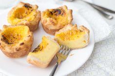 Och jongens, deze Pastéis de Nata oftewel Portugese custardtaartjes moeten jullie echt eens gemaakt hebben. Ik deel een foolproof recept met je. Zó goed!