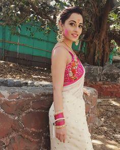 Image may contain: 1 person, standing and outdoor Trendy Sarees, Stylish Sarees, Fancy Sarees, Saree Blouse Patterns, Saree Blouse Designs, Indian Dresses, Indian Outfits, Saree Photoshoot, Saree Trends