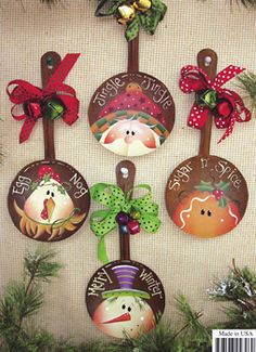For parties, they are ideal to sublimate its Christmas decoration with ease, even at the last minute. With these 8 decorating ideas, there are… Continue Reading → Christmas Makes, Christmas Wood, Country Christmas, Christmas Projects, All Things Christmas, Holiday Crafts, Spoon Ornaments, Painted Ornaments, Xmas Ornaments