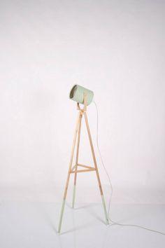 Lámpara foco de pie, con patas en madera y foco reciclado y pintado en color pastel... www.lapetitemaisonlaboratoridart.com https://www.facebook.com/lapetitemaison.laboratoire