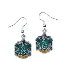 Buy Harry Potter: Slytherin Crest Earrings at Mighty Ape NZ. Slytherin Crest Charms on silver plated earring hooks These charm earrings have been created from the official Warner Bros style guide. Each charm i. Bijoux Harry Potter, Harry Potter Earrings, Harry Potter Shop, Harry Potter Cosplay, Harry Potter Outfits, Harry Potter Characters, Harry Potter Accesorios, Jewelry Design, Drop Earrings