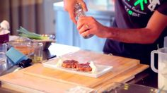 Il burger di salmone  http://bello-buono-d.blogautore.repubblica.it/2013/10/21/le-video-ricette-il-burger-di-salmone/