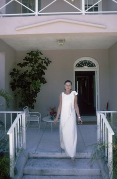 Lady Keith (Slim) steps onto her porch in Lyford Cay, April 1974. (Photo by Slim Aarons/Hulton Archive/Getty Images)