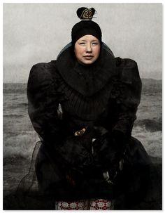 """Photo suédoise : Cooper & Gorfer, 2014, """"Malu automnal fjord de Nuup Kangerlua"""", portrait de femme, noir, nordique, 2010s"""