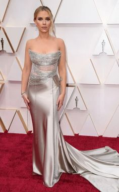 Oscars 2020 Red Carpet Fashion: See Celeb Dresses, Gowns Scarlett Johansson In a satin Oscar de la Renta gown featuring a sheer bodice and dainty diamond earrings from Forevermark jewels. Scarlett Johansson, Christian Siriano, Celebrity Dresses, Celebrity Style, Robes D'oscar, Vestidos Oscar, Beyonce, Versace, Oscar Fashion