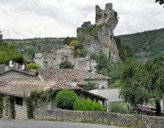Le Portail de Gîtes, de Meublés de Tourisme & de Chambres d'Hôtes http://www.trouverunechambredhote.com/ a décidé de vous faire mieux connaître les Villages de France, aujourd'hui nous nous rendons à PENNE dans le Département du TARN. PENNE est serré...