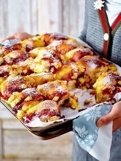 Bayerisches Buchtelblech When the smell of freshly baked Buchteln through the living . - Bayerisches Buchtelblech When the smell of freshly baked Buchteln wafts through the apartment or ho - Toast Pizza, Sweet Desserts, Delicious Desserts, Yummy Food, Easy Dinner Recipes, Easy Meals, Dessert Recipes, Baking Recipes, Soup Recipes