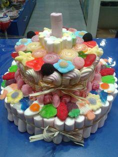 Menuda tarta tienen preparada nuestros amigos de Dulce Diseño Valencia. A ver si hay alguien capaz de contar todos los distintos tipos de golosinas que hay.