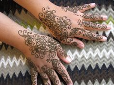 <b>These traditional Indian mehndi tattoos are only temporary, but you'll wish they weren't.</b>