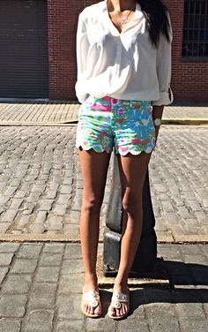 Lilly Pulitzer scalloped shorts and gold metallic Jack Rogers Adrette Outfits, Preppy Outfits, Short Outfits, Spring Outfits, Preppy Dresses, Preppy Mode, Preppy Style, Jeanne Damas, Poppy Delevingne