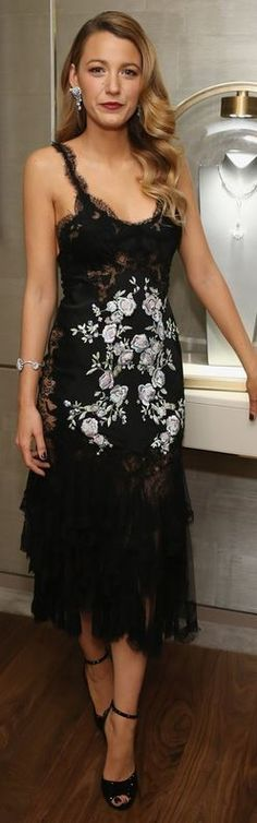 Blake Lively Does Evening Glamour Just Right See what she wore to the Van Cleef Arpels event in NYC. Marchesa dress from the S/S 14 collection Van Cleef Arpels Lotus Between The Finger Ring (price upon request) Gucci Yulia Black Suede High-Heel Sandals Style Blake Lively, Blake Lively Moda, Blake Lively Ring, Blake Lively Wedding, Blake Lively Dress, Glamour Hollywoodien, Hollywood Glamour, Vestidos Marchesa, Mode Gossip Girl