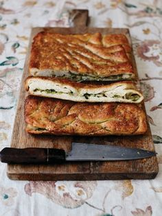 A brilliant bread recipe from Jamie Oliver's book, Jamie Cooks Italy. Pillowy focaccia filled with garlicky broad beans, Parmesan cheese, lemon zest and olive oil. Bread Recipes, Baking Recipes, Scd Recipes, Italian Recipes, Bread Dough Recipe, Comfort Food, Food Shows, Fresh Herbs, Recipes