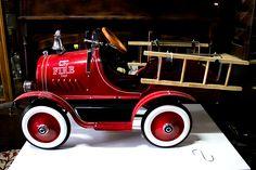 Cochecito de bomberos a pedales Réplica de los años 50. Con luces, bocina, campana... http://depostvent.mabisy.com/cochecito-de-bomberos-a-pedales_p760393.htm