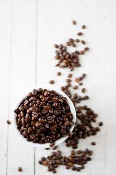 Caffeine to the rescue! This DIY caffeine eye cream depuffs tired eyes and diminishes dark circles. #naturalremedies