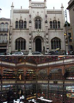 Real gabinete portugués de lectura, Rio de Janeiro (Brasil). Fundada en 1837, la biblioteca de Rio de Janiero posee más de 350.000 volúmenes en su acervo bibliográfico, reuniendo obras raras de los siglos XVI, XVII, XVIII.