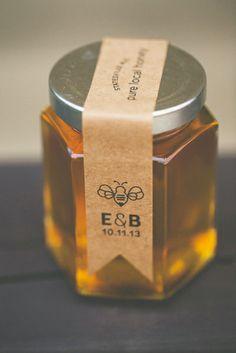 Honey-inspired wedding elements — custom label honey jars by Cedar Lake Honey C… – Honig , Salatdressing und mehr Honey Packaging, Glass Packaging, Food Packaging, Packaging Design, Tea Labels, Honey Label, Honey And Co, Honey Wedding Favors, Cedar Lake