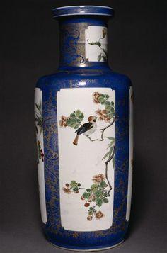 Vase à décor de fleurs et oiseaux, règne de Kangxi (1662-1722). Paris, musée…