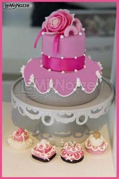 http://www.lemienozze.it/operatori-matrimonio/catering_e_torte_nuziali/cake-design-roma/media Torta decorata nei colori del rosa e del grigio, con fiore e nastro in raso.