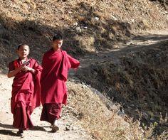Statt TouristInnen kommen uns hier nur Mönche entgegen. Foto: Doris Bhutan, Fashion, Photos, Moda, Fashion Styles, Fashion Illustrations, Fashion Models