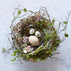 How to: Tabletop Twig Nest Perfect Easter Table Decor! Bird Crafts, Nature Crafts, Easter Crafts, Easter Ideas, Easter Decor, Easter Table, Easter Eggs, Diy Ostern, Arte Floral