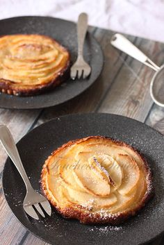 Please note this tart is a marvel … with its crispy puff pastry, its delicate almond cream and its caramelized fondant apples, this little tart is sure to delight you! You can make an excellent dessert at the end … Mini Desserts, Just Desserts, Dessert Recipes, Super Dieta, Mousse Au Chocolat Torte, Good Pie, Thermomix Desserts, Sweet Tarts, Attention