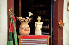 Para quem é fã de artesanato, a cidade de Tiradentes, localizada no estado de Minas Gerais, traz inúmeras opções. Riquíssimo em variedade e detalhes com influência barroca, o artesanato do histórico município mescla o tradicionalismo local com toques contemporâneos.