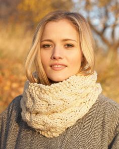 Seed stitch surrounds rich, textured horseshoe cables knit in Bernat Softee Chunky. Bernat site:  free chunky cowl pattern