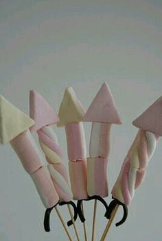 Marshmallow rocket kebabs - yummy Bonfire Night treat or August bank holiday fireworks , camp fire treats for the kids to make Bonfire Night Treats, Bonfire Night Food, Bonfire Night Party Decorations, Bonfire Night Wedding, Table Decorations, Snacks Für Party, Party Treats, Silvester Snacks, Guy Fawkes Night