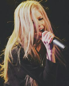 Gorgeous passionate Avril Lavigne Live on stage, so beautiful