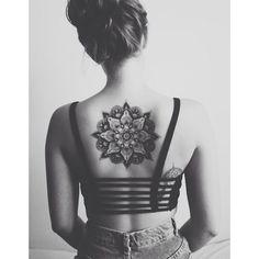 Idee tatouage une rosace dans le dos