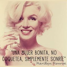 """#lecciones de vida, """"Una mujer bonita, no coquetea, simplemente sonríe."""" Marilyn Monroe"""