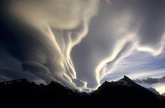 Eingesandt von: deckel    Spät abends beleuchtet die Sonne für einige Sekunden dramatische Sturmwolken über den Anden. Lago Argentino, Patagonien, Argentinien