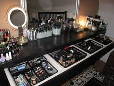 Makeup Vanity Organization / Storage looks like heaven to me! Makeup Vanity Or Home Design, Home Interior Design, Design Design, Closets Pequenos, Malm Dressing Table, Dressing Room, Rangement Makeup, Make Up Storage, Makeup Rooms
