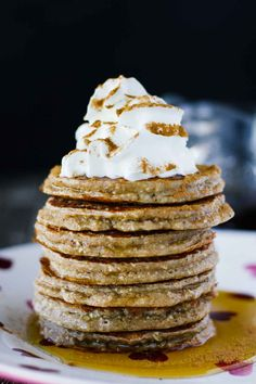Sweet, wholesome, Healthy Gingerbread Oatmeal Pancakes Recipe that's perfect for this holiday season! Made with rolled oats, yogurt, and banana (gluten free). Serve for holiday brunch or freeze for easy breakfast meals throughout the week! Oatmeal Pancakes, Pancakes And Waffles, Fall Recipes, Holiday Recipes, Pastas Recipes, Vegan Oatmeal, Curry, Chocolate, Breakfast Recipes